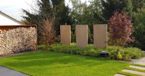 Frisch verlegter Rollrasen im neuen Garten