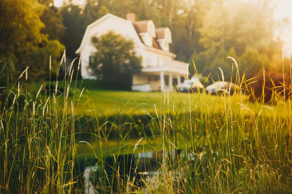 Weitläufiger Garten eines Landhauses