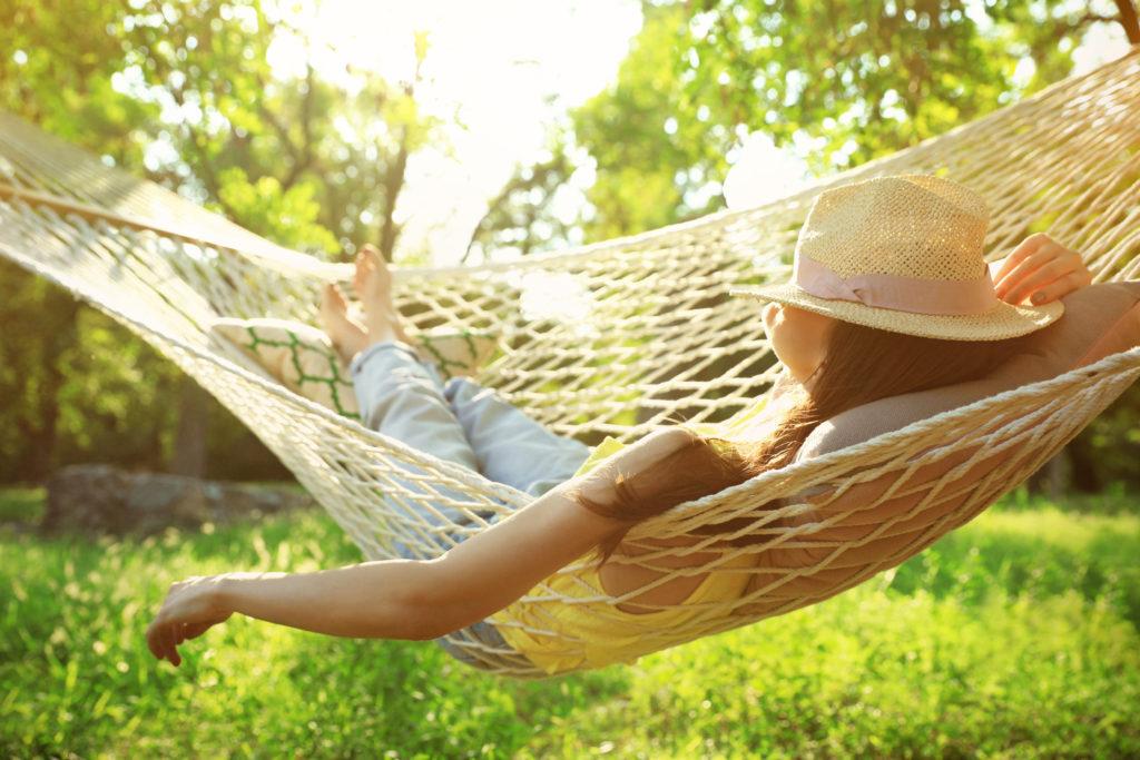 Frau entspannt in ihrem Garten